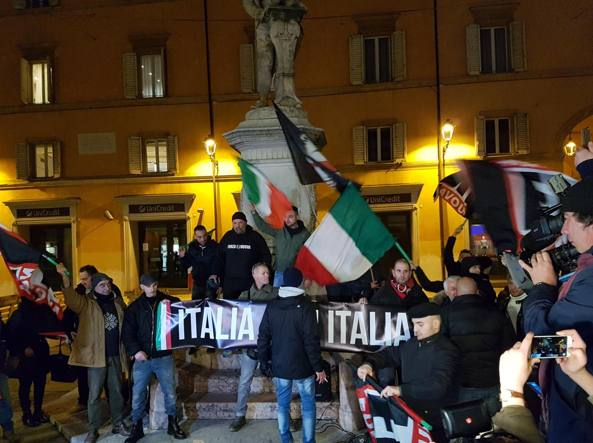 'No' al comizio di Forza Nuova: in Piazza Galvani scontri militanti-Polizia